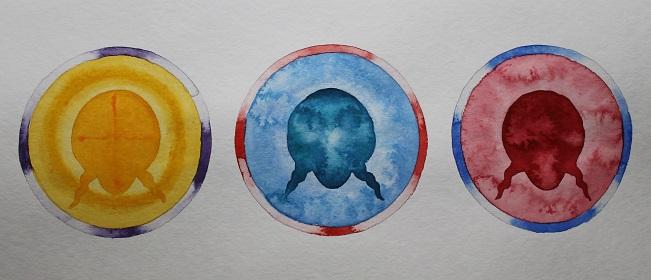 Keltaisen, sinisen ja punaisen ympyrän keskellä kolme kasvojen silhuettia.