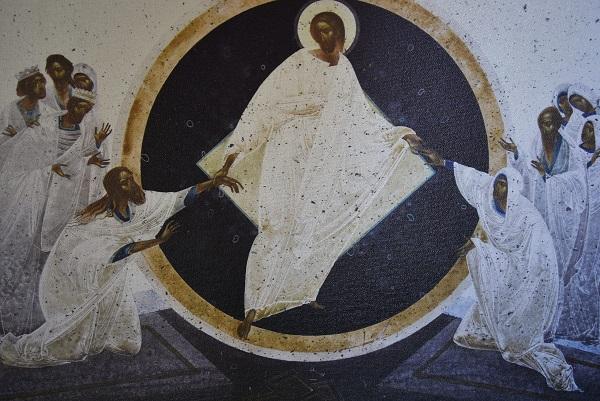 Ylösnoussut Kristus nostaa valkovaatteisia ihmisiä haudoista.